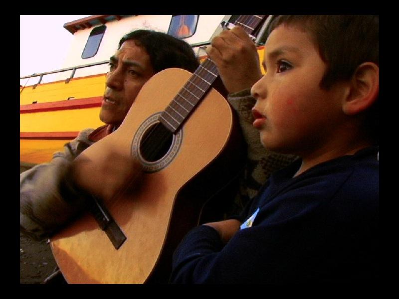 No habra revolucion sin cancion_Mario Tapia cantando con guitara